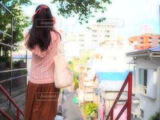 家の前に立っている人の写真・画像素材[1262068]