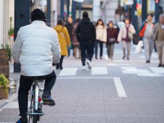 自転車,屋外,後ろ姿,歩く,道路,都会,人物,道,人,歩道,通り,後ろ,忙しい