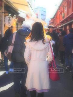 にぎやかな通りに立っている女性の写真・画像素材[1701476]
