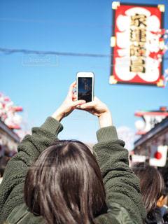携帯電話で見ている人の写真・画像素材[1729685]