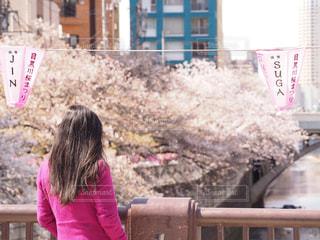 建物の前に立っている小さな女の子の写真・画像素材[2177644]
