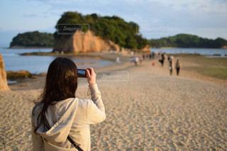 女性,海,カメラ,屋外,島,後ろ姿,女,撮影,観光,人物,背中,道,人,後姿,旅行,四国,エンジェルロード
