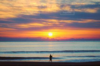海,太陽,朝日,後ろ姿,夜明け,人物,人,後姿,釣り,仙台,荒浜