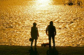 夕日,後ろ姿,散歩,川,シルエット,人物,人,後姿,夕陽,黄金
