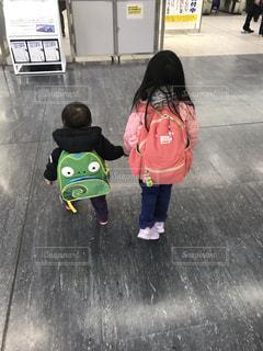 駅,後ろ姿,子供,人物,姉弟