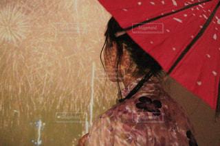 女性,10代,夏,雨,傘,ピンク,カラフル,水,花火,部屋,室内,Instagram,女の子,浴衣,日本,和傘,高校生,和服,雫,若い,プロジェクター,雨の日,インスタグラム,インスタ,インスタ映え