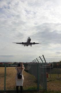 屋外,後ろ姿,飛行機,空港,着陸,見送り,フェンス越し