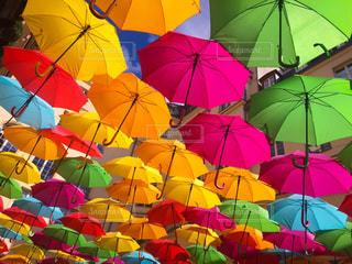 カラフルな傘の写真・画像素材[2180291]