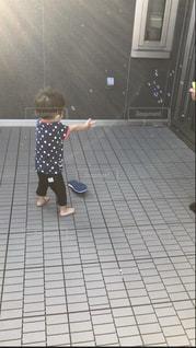 床の上に立つ小さな男の子の写真・画像素材[2083458]