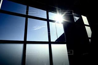 空,建物,屋内,太陽,青空,窓,光,晴れた日,窓枠