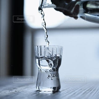 水が注がれたグラスの写真・画像素材[3434957]