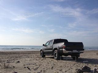 砂浜に佇むピックアップトラックの写真・画像素材[2093333]