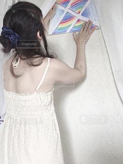 女性,リビング,屋内,緑,赤,白,青,黒,紫,黄色,カーテン,水色,オレンジ,ドレス,家,ペン,壁,人,色鉛筆,紙,リフレッシュ,おえかき,えんぴつ,スケッチ,スケッチブック,画用紙,クーピー,おうち時間,白カーテン