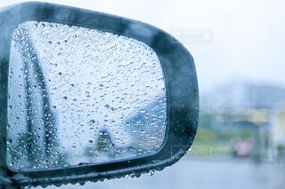雨の雫がついたドアミラーの写真・画像素材[2181068]