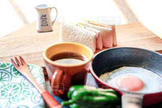 朝日の入る場所で朝食の写真・画像素材[2261640]