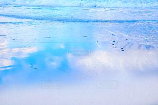 波打ち際に映る空の写真・画像素材[2366005]