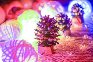 松ぼっくりのクリスマスツリーの写真・画像素材[2371455]