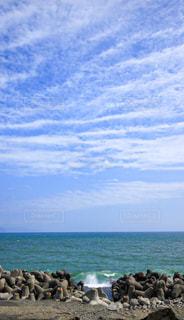 テトラポットに打ち寄せる波の写真・画像素材[2413164]