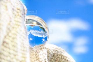 ガラス玉に映る初夏の空の写真・画像素材[2416858]