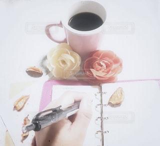 コーヒー,屋内,部屋,手,レトロ,カップ,珈琲,ナチュラル,パーツ,フィルム,雰囲気,書く,体,フィルム写真,ボールペン,スケジュール,予定,スケジュール帳,フィルムフォト,フィルム風写真,フィルム風フォト,書く手