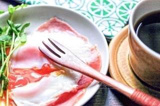 ハムエッグの朝食の写真・画像素材[2484017]