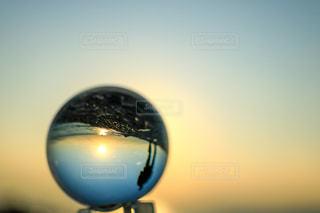 男性,1人,自然,海,空,太陽,朝日,砂浜,海岸,シルエット,光,朝,ガラス玉,朝陽,早朝,映り込み