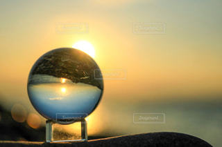 ガラス玉に映る日の出の写真・画像素材[2859049]