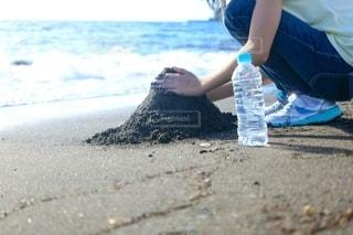 ビーチで砂山作りの写真・画像素材[3411663]