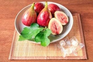 木製のテーブルの上に座っている果物のボウルの写真・画像素材[3711664]