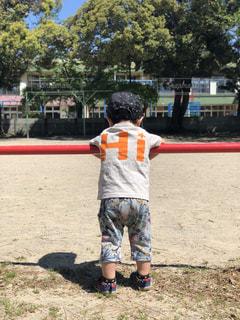 公園,屋外,晴天,後ろ姿,人物,背中,人,後姿,男の子,2歳,男児,柵にぶら下がる