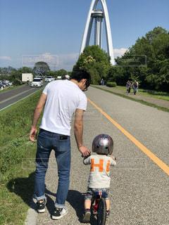 男性,公園,屋外,親子,晴天,後ろ姿,人物,背中,人,後姿,パパ,男の子,2歳,父と子,男児