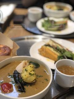 皿の食べ物とコーヒー1杯の写真・画像素材[2300105]