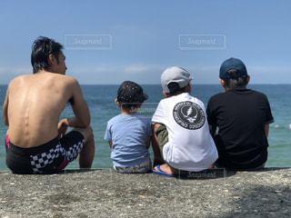 浜辺の人々のグループの写真・画像素材[2377240]