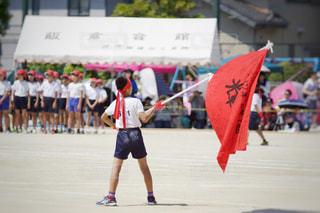 凧を握っている人の写真・画像素材[2113773]