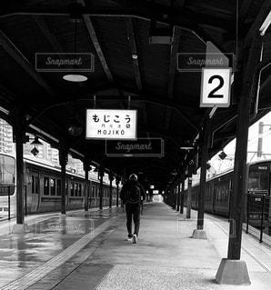 駅,電車,白黒,男,人物,人,後姿,旅,門司港駅,もじこ