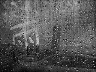 雨の中のビルの写真・画像素材[2171508]