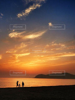 水の体に沈む夕日の写真・画像素材[2200260]