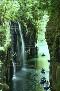 森の中の大きな滝の写真・画像素材[2208401]