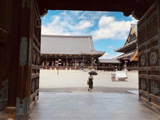 建物の前に立っている人の写真・画像素材[2285307]
