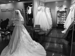 女性,屋内,モノクロ,室内,結婚式,白黒,ドレス,人物,背中,人,後姿,結婚,ウエディング,ウエディングドレス,結婚式ドレス