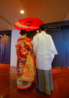 女性,カップル,屋内,室内,結婚式,人物,背中,着物,人,後姿,夫婦,結婚,和傘,和服,ウエディング,和装