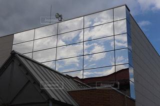 ビルの大きな窓に映る青い空の写真・画像素材[2419995]