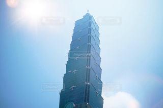 空の背景を持つ大規模な背の高い塔の写真・画像素材[924861]