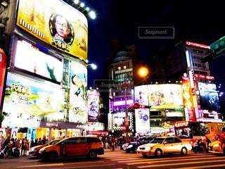 近くに忙しい街の通りのの写真・画像素材[924876]