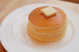 テーブルの上にケーキをトッピングした白い皿の写真・画像素材[2307110]