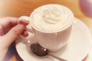 コーヒーを一杯持つ手の写真・画像素材[2307112]