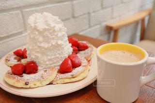 食べ物の皿とコーヒー1杯のクローズアップの写真・画像素材[2307116]
