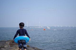 海,空,夏,海水浴,ビーチ,後ろ姿,子供,バック,男の子,浮き輪