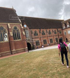 芝生,青空,後ろ姿,イギリス,留学,寮