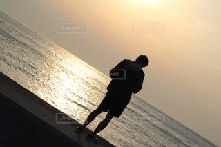 海,夕日,ビーチ,後ろ姿,人物,背中,人,後姿,夕陽,後ろ,背後,写真素材,フォトコンテスト,後ろ姿フォト
